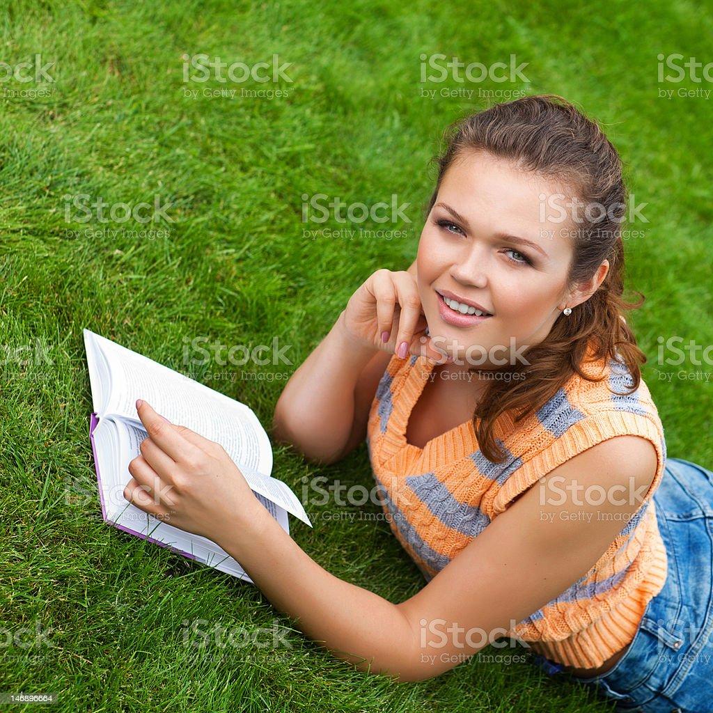 Adolescent sur de l'herbe photo libre de droits