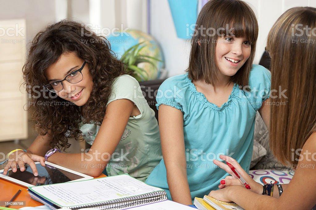 Adolescents discuter de leurs devoirs. photo libre de droits