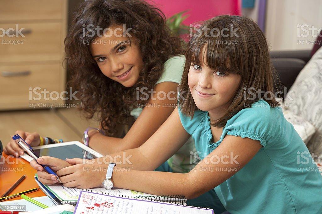 Adolescents à faire leurs devoirs à la maison. photo libre de droits