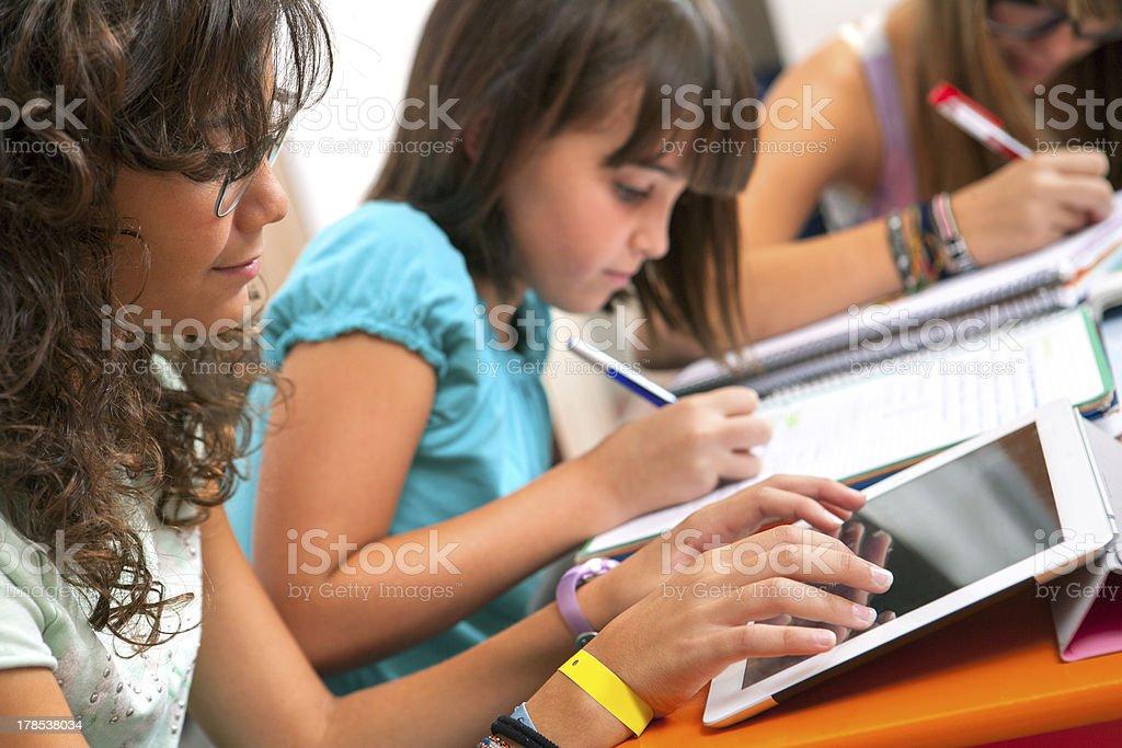 Adolescents faisant schoolwork. photo libre de droits