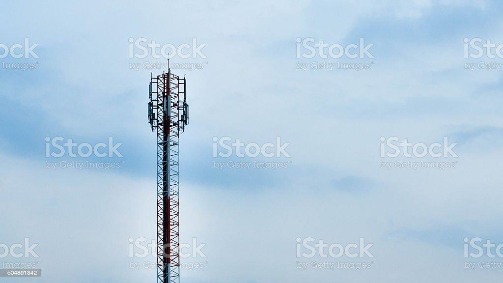 Contra el cielo de torre de telecomunicaciones foto de stock libre de derechos