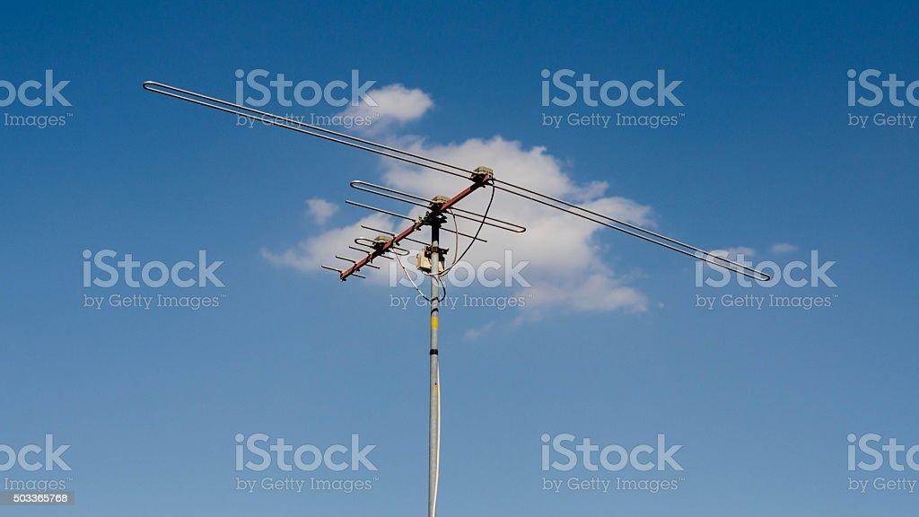 Antena de televisión con cielo azul foto de stock libre de derechos