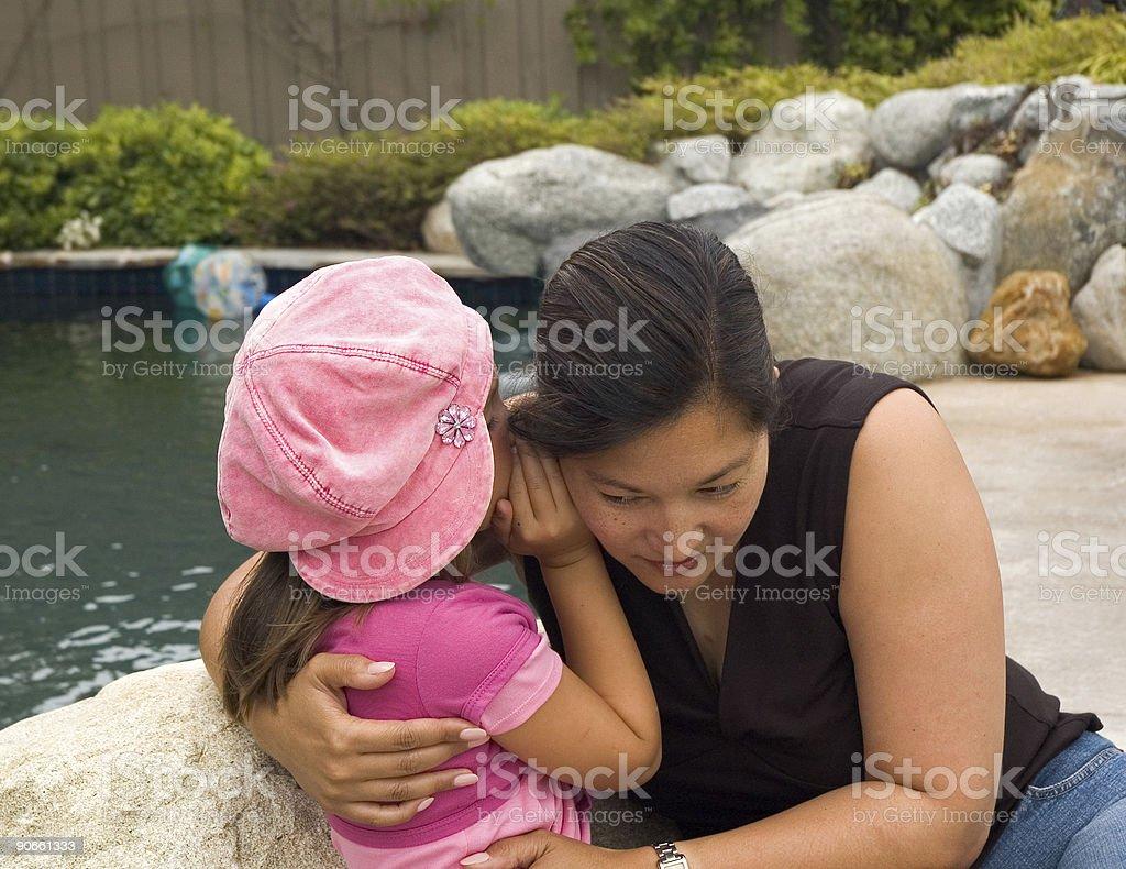 Raccontare un segreto mommy foto stock royalty-free