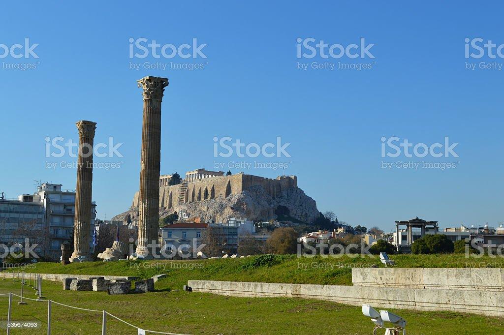 Templo de Zeus olímpico en el fondo de la ciudad de Atenas con vista a la Acrópolis foto de stock libre de derechos