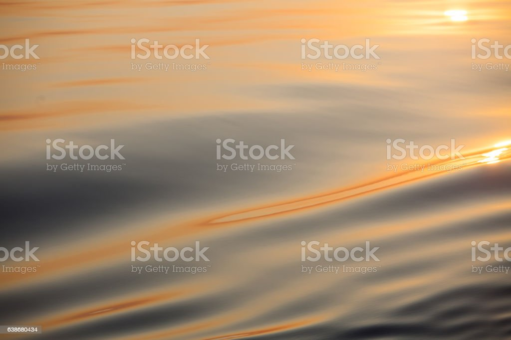 étendue d'eau calme en plan rapproché stock photo