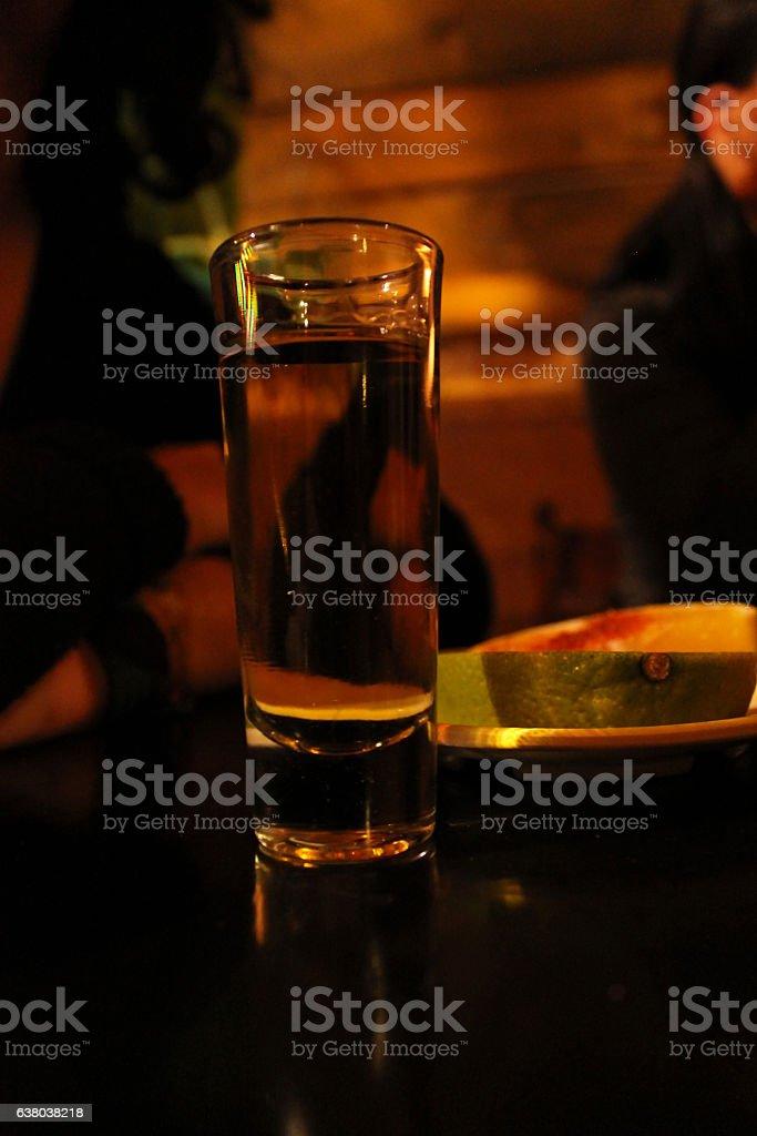 Tequila servido en un vaso stock photo