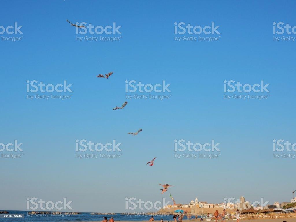 Termoli - Filo di aquiloni lungo la spiaggia stock photo