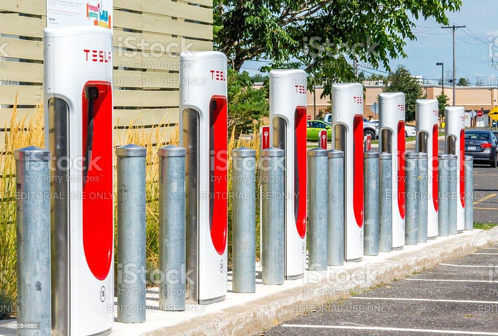 Bornes Tesla alignées, Station de recharge stock photo