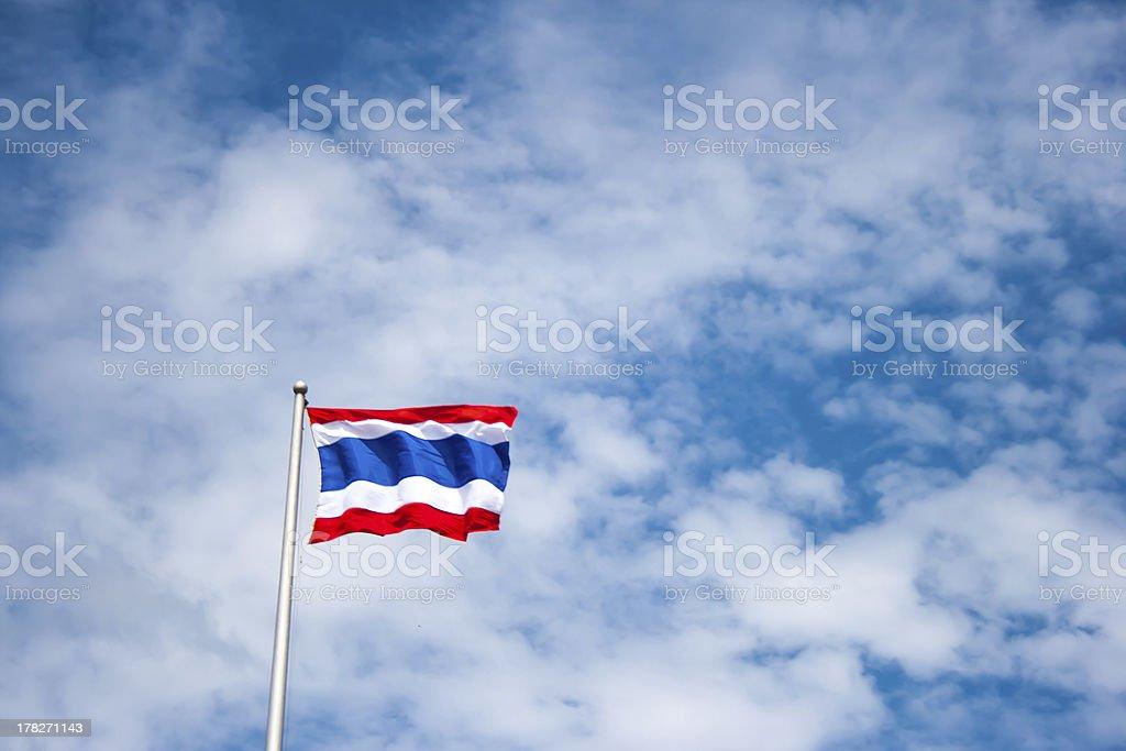 Таиландский флаг с синим небом Стоковые фото Стоковая фотография