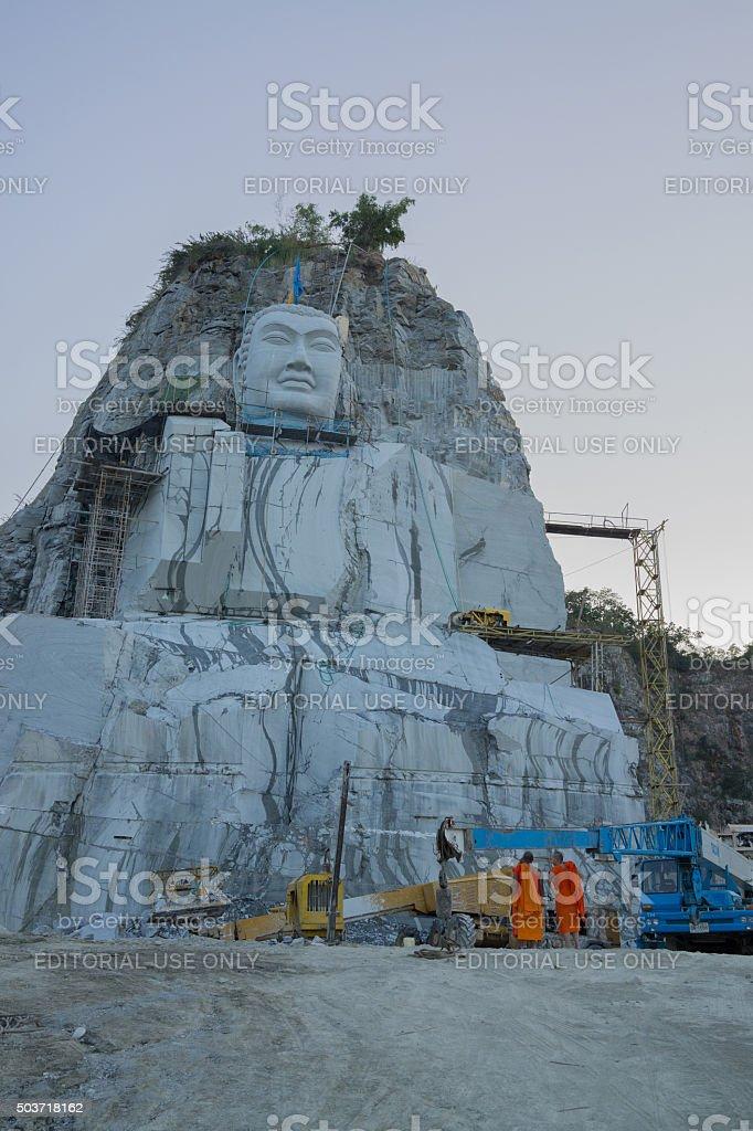 Thai Moines regardant la grande statue de Bouddha sur la falaise photo libre de droits