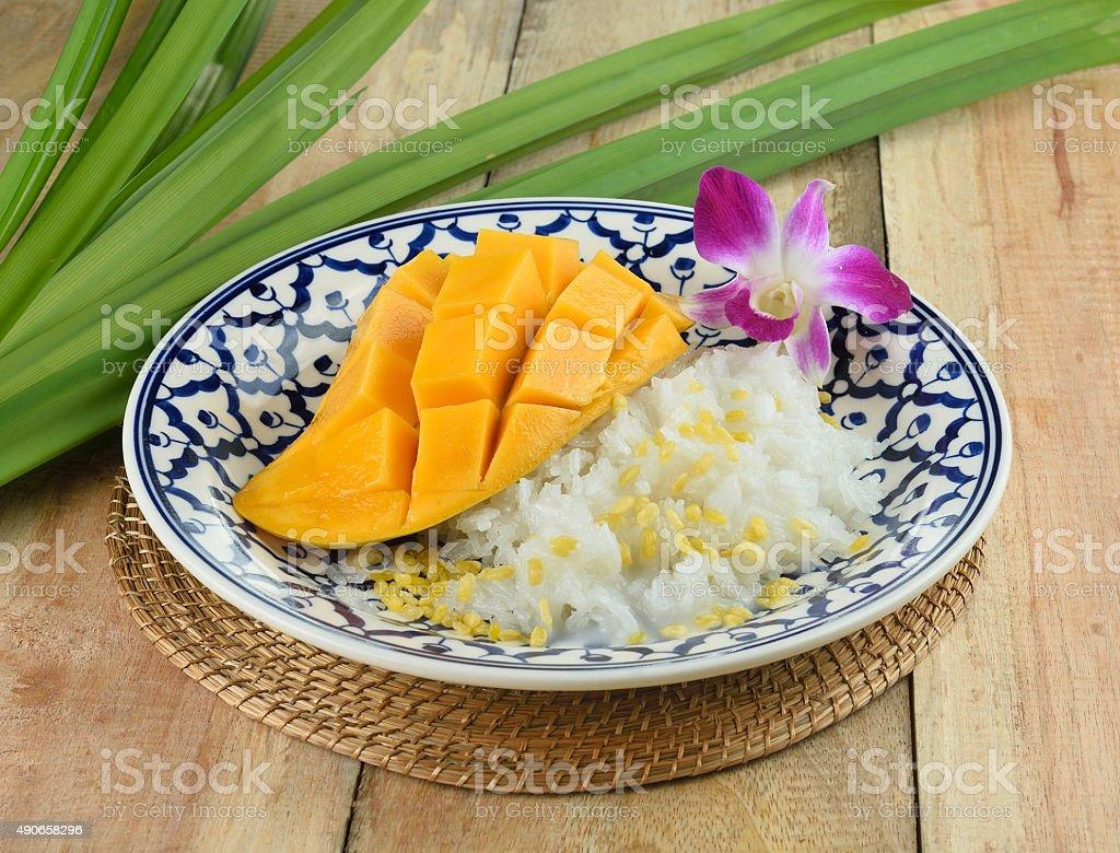Tajskim stylu tropikalnym, Lepki ryż jeść deser z mango zbiór zdjęć royalty-free