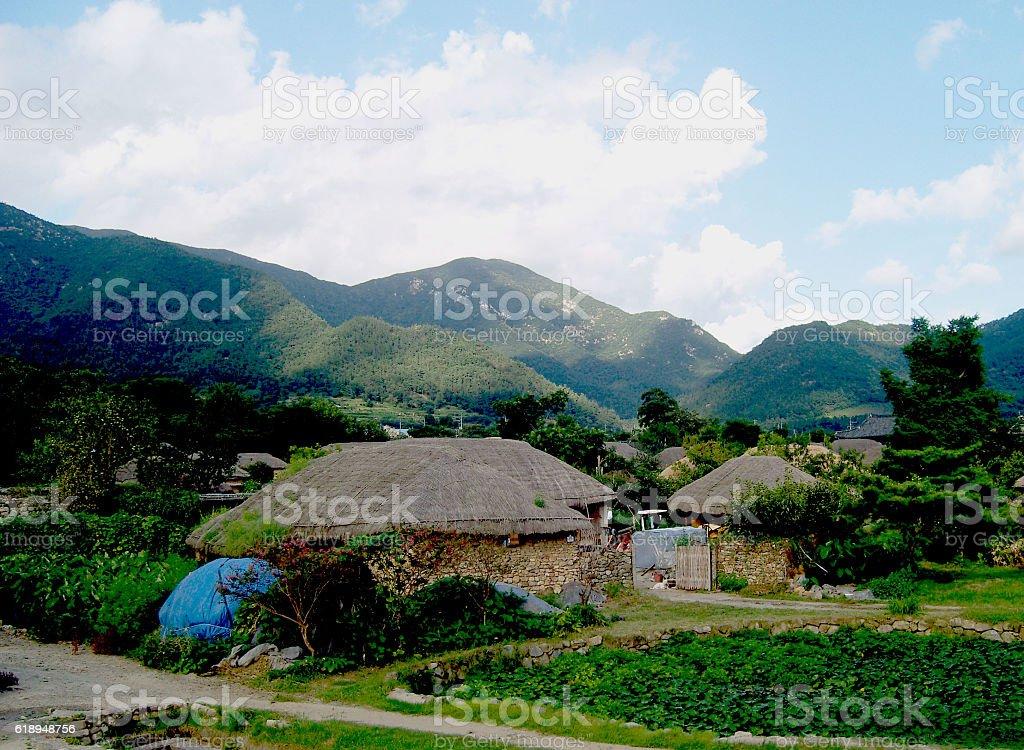 Casa con techo de paja foto de stock libre de derechos