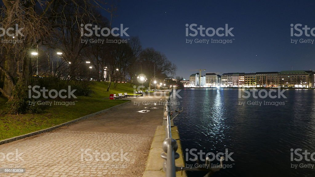 The banks of Alster River in Hamburg at night Lizenzfreies stock-foto