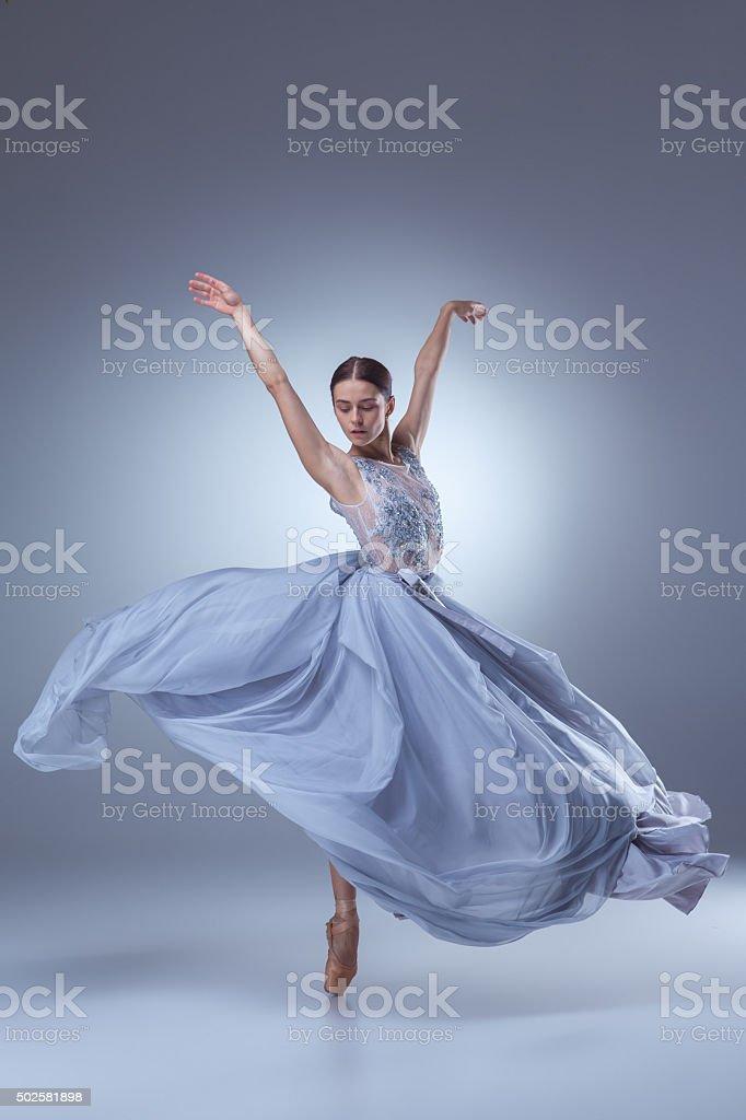 Belle ballerine danse dans une robe longue bleue stock for Danse classique adulte