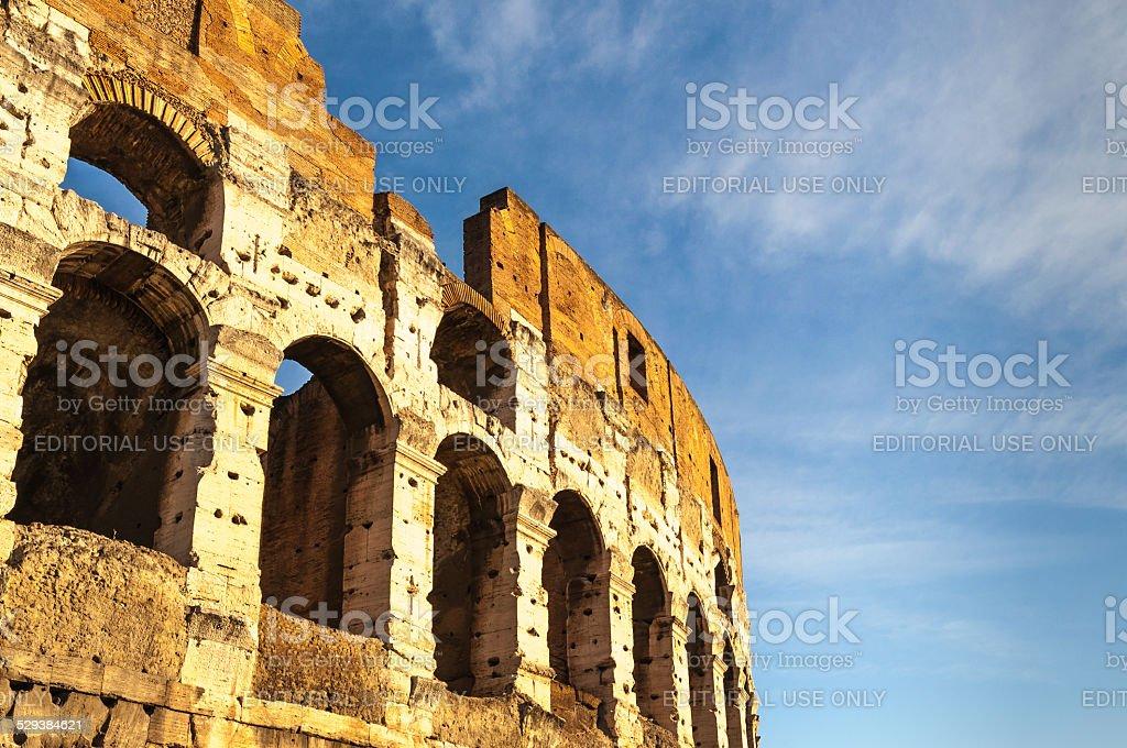 Il Colosseo di Roma all'alba foto stock royalty-free