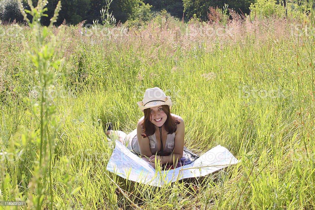 Dziewczyna na lato Łąka z mapy (map) topograficznej zbiór zdjęć royalty-free