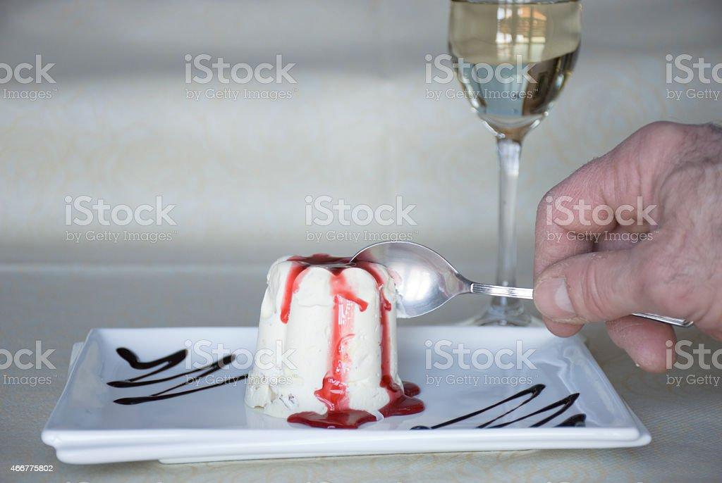 La mano che assaggia stock photo