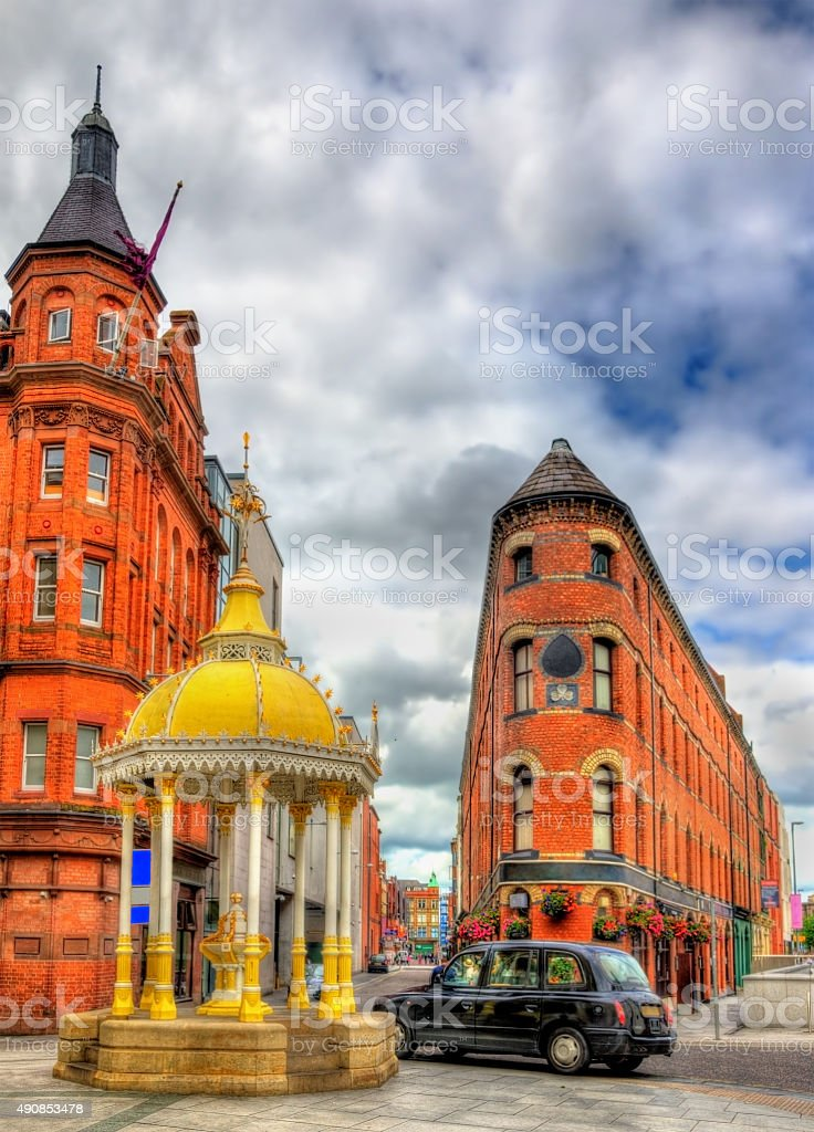 The Jaffe Memorial Fountain and Bittles Bar in Belfast stock photo