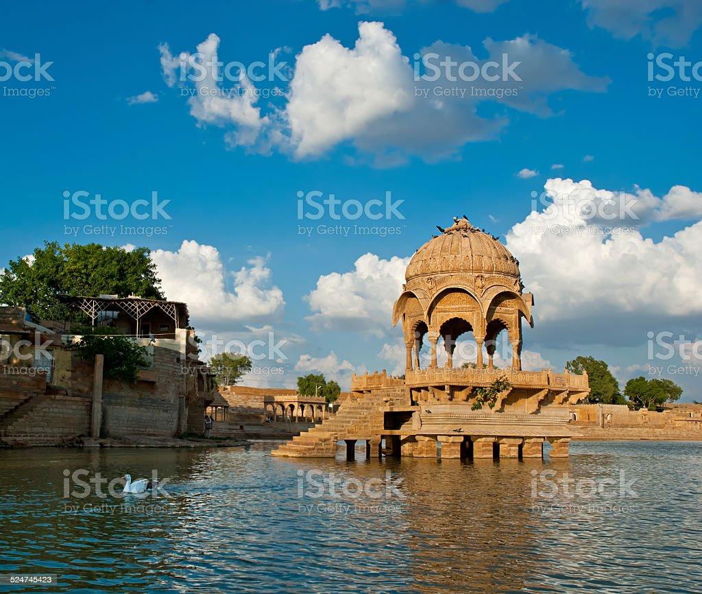 Le lac Gadisar) (du lac Gadi Sagar, Jaisalmer, Rajasthan, Inde du Nord. photo libre de droits