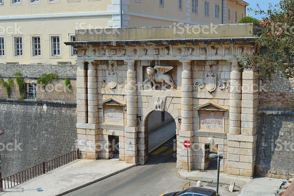 Puerta a la tierra de la ciudad antigua de Zadar foto de stock libre de derechos