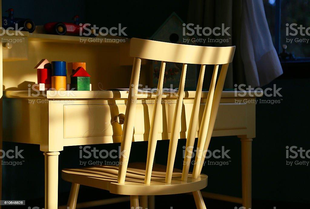 The light which shines in a chair and the desk foto de stock libre de derechos