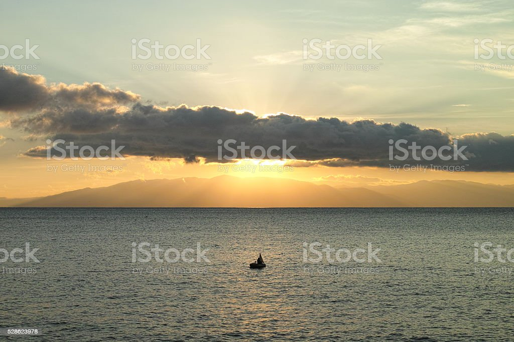 Le matin du soleil et bateau de pêche photo libre de droits
