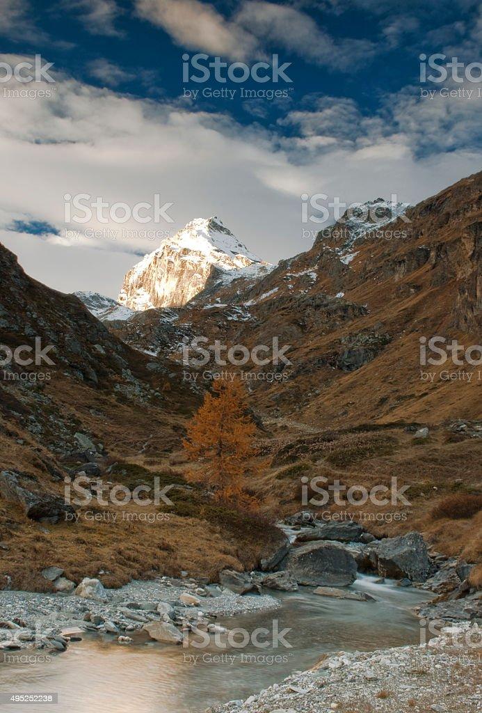 il torrente di montagna stock photo