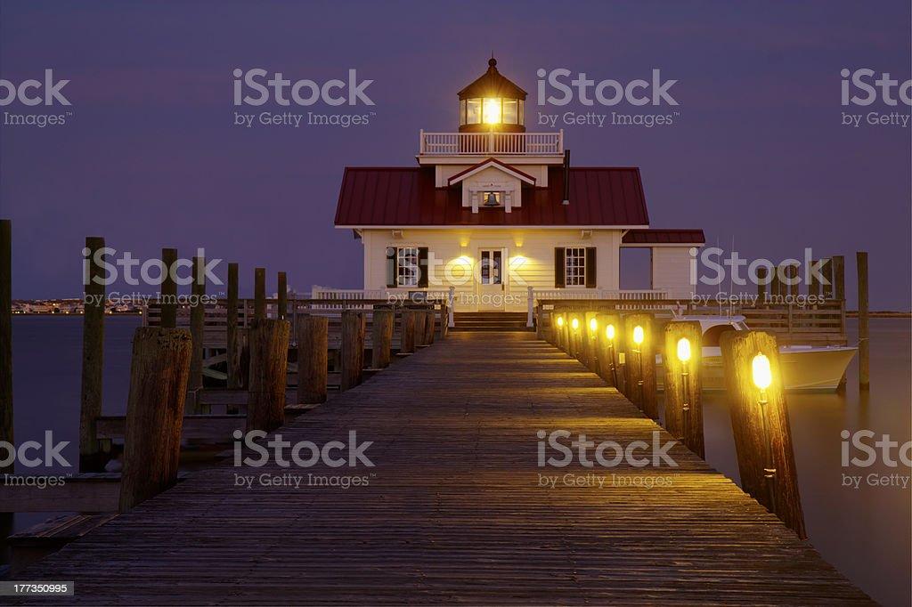 The Roanoke Marshes Lighthouse in Manteo, North Carolina, at dus royalty-free stock photo