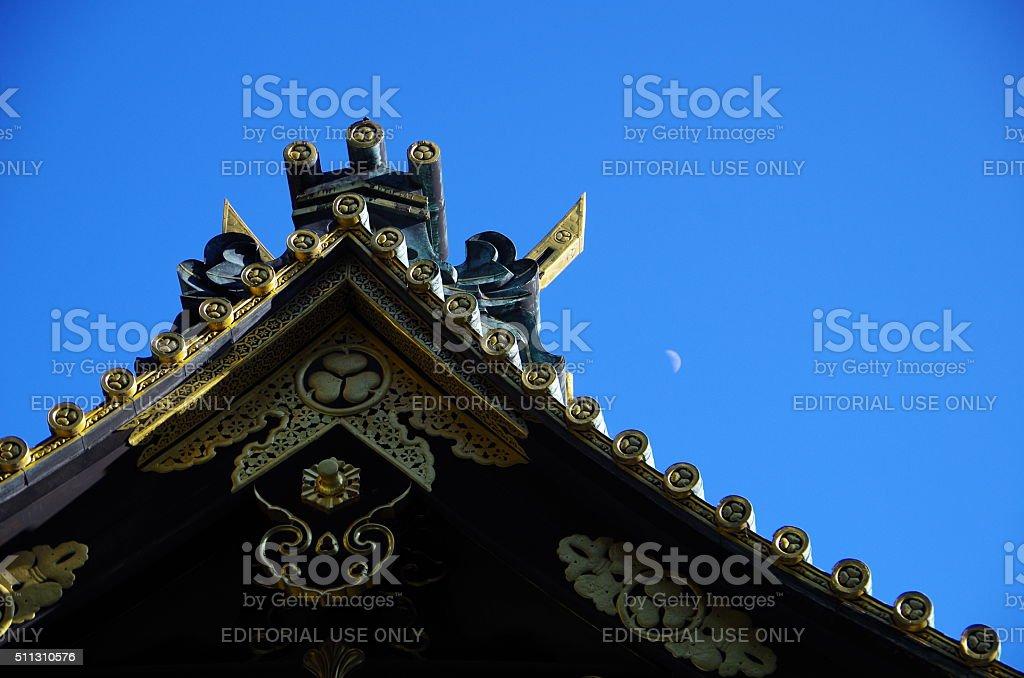 El último piso del santuario y pequeñas Luna en el cielo azul foto de stock libre de derechos