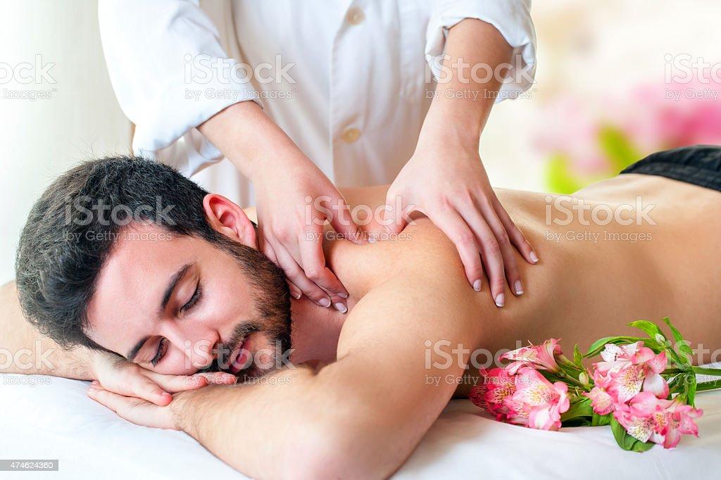 Thérapeute en massage du dos au jeune homme. photo libre de droits