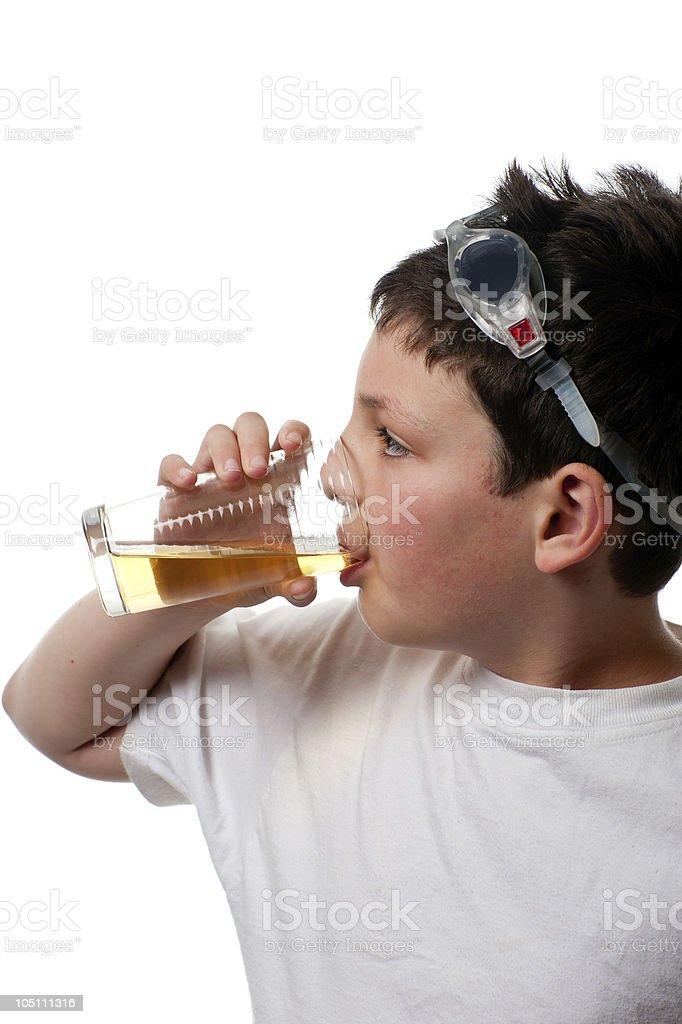 Absorbentes deportivo niño en gafas beber jugo de foto de stock libre de derechos