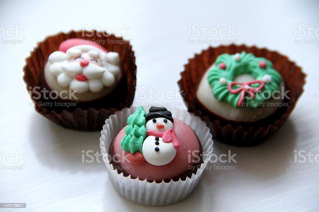 Tre Natale di cucina dessert al cioccolato su un piano di lavoro. foto stock royalty-free