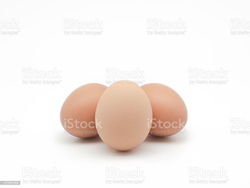 Três ovos isolados no fundo branco. Vista frontal foto royalty-free