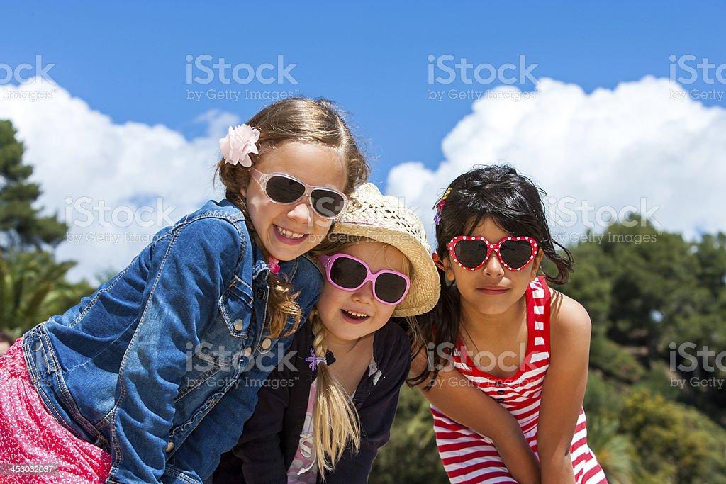 Trois filles portant des lunettes de soleil. photo libre de droits