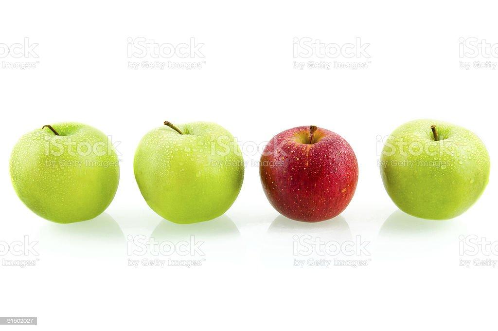 Trois pommes vertes et un rouge pomme photo libre de droits