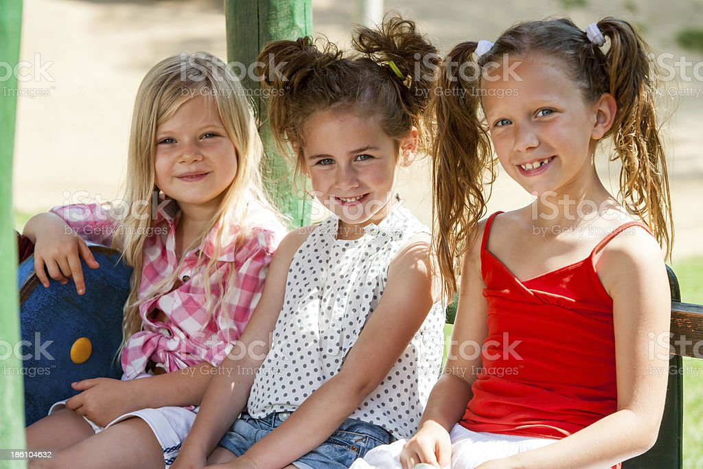 Trois jeunes fille amis dans le parc. photo libre de droits