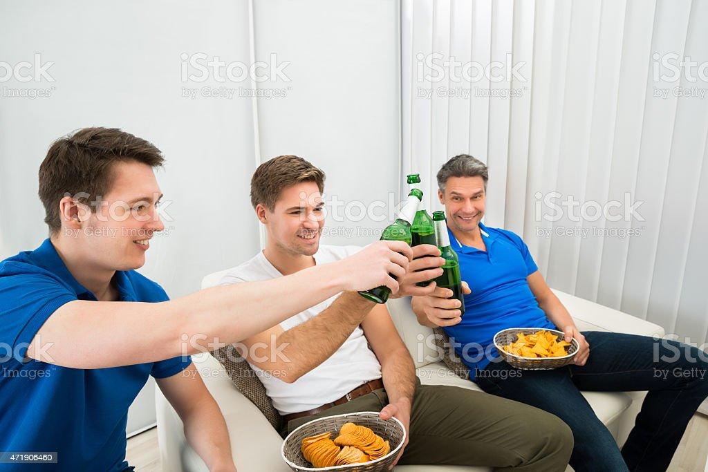 Tres amigos teniendo una fiesta macho - foto de stock