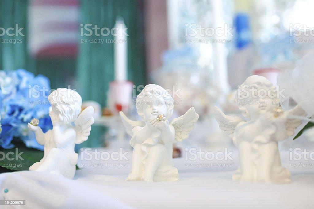 Drei Statuen der Engel auf dem Tisch Lizenzfreies stock-foto