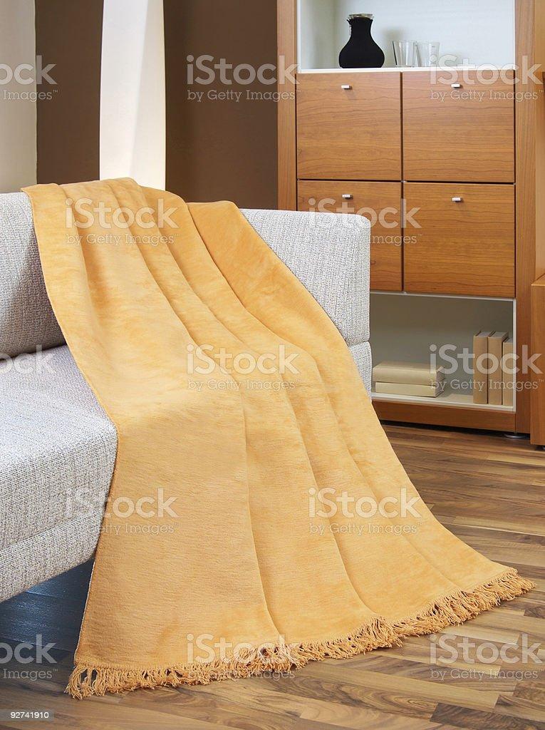 Бросок драпировкой над кресла Стоковые фото Стоковая фотография