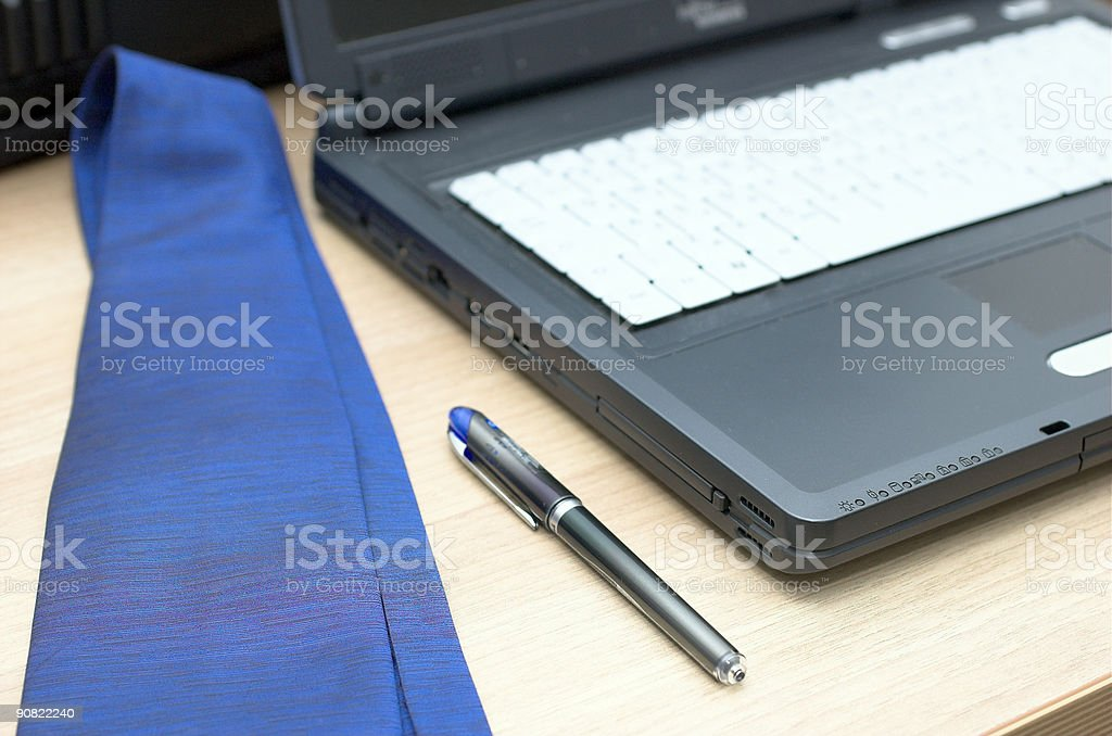 Cravatta penna e laptop foto stock royalty-free