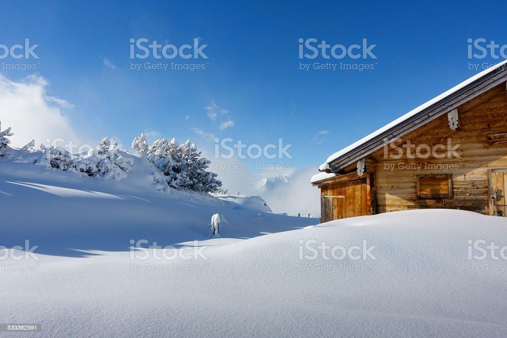 tief verschneite Schihütte in den Alpen stock photo