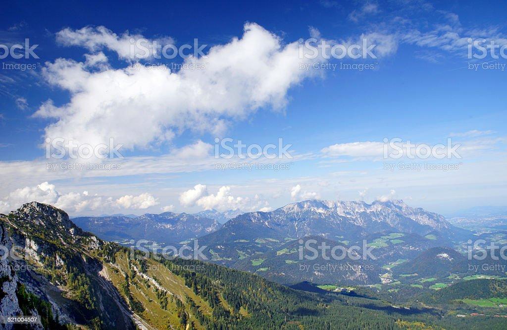 Tiefblauer Himmel in den Alpen stock photo