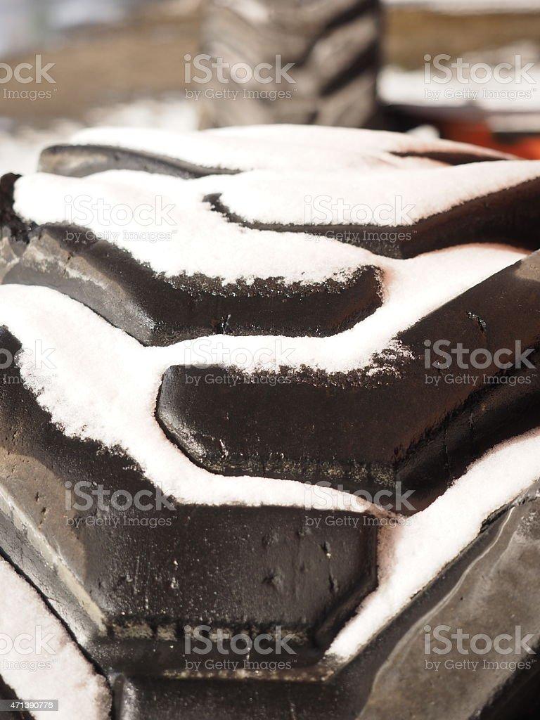 Pneu de tapis de course dans la neige photo libre de droits