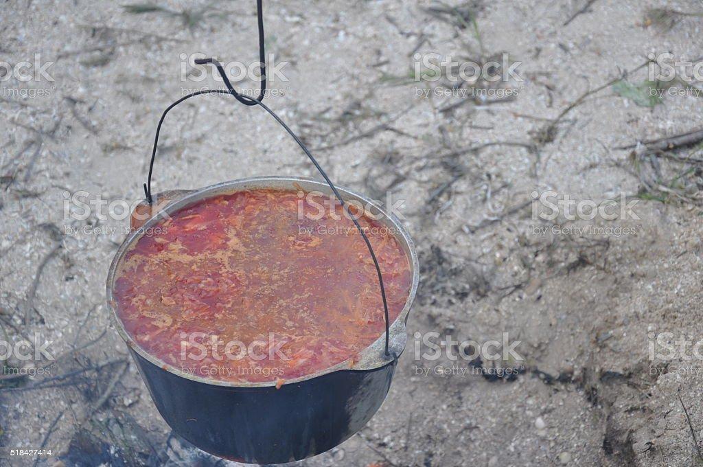 Sopa de tomate preparado al aire libre foto de stock libre de derechos