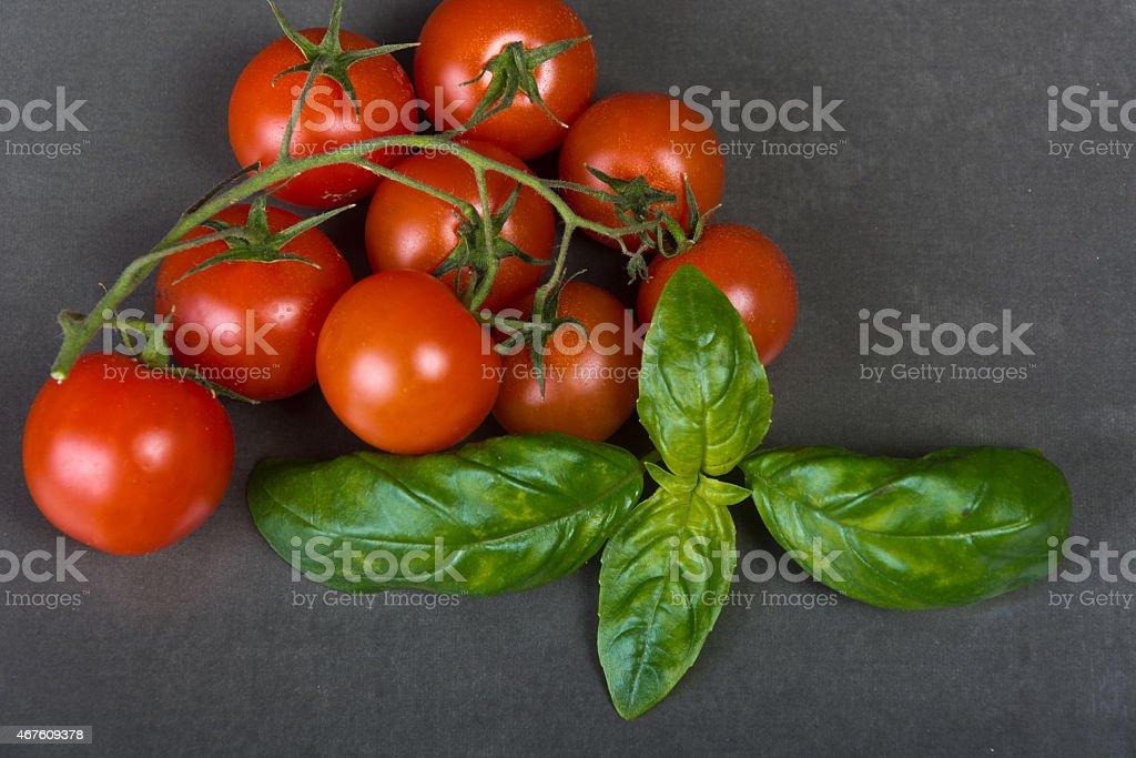 Tomates y albahaca foto de stock libre de derechos