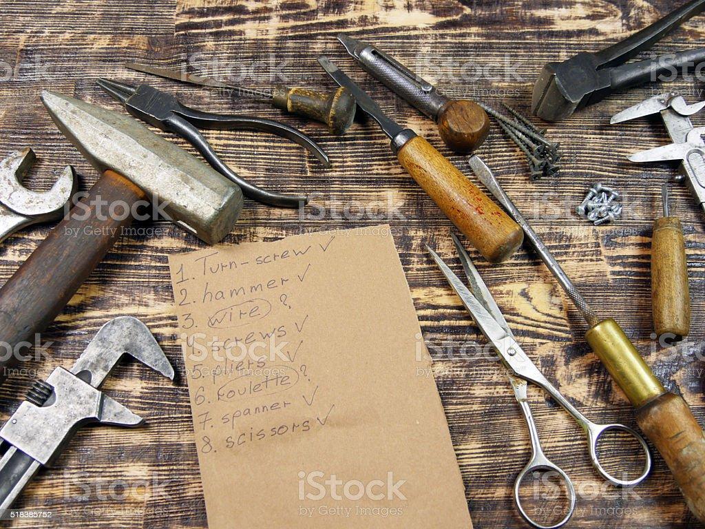 Herramientas y las herramientas en la tabla de la lista foto de stock libre de derechos