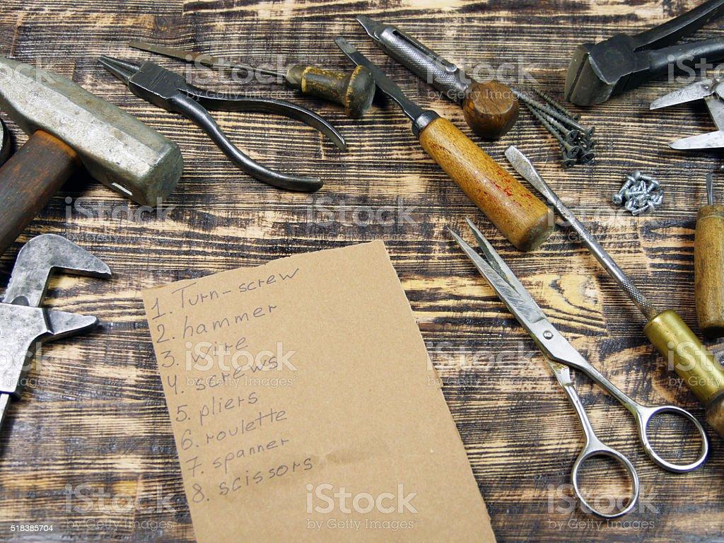 Herramientas y las herramientas lista sobre fondo de madera foto de stock libre de derechos