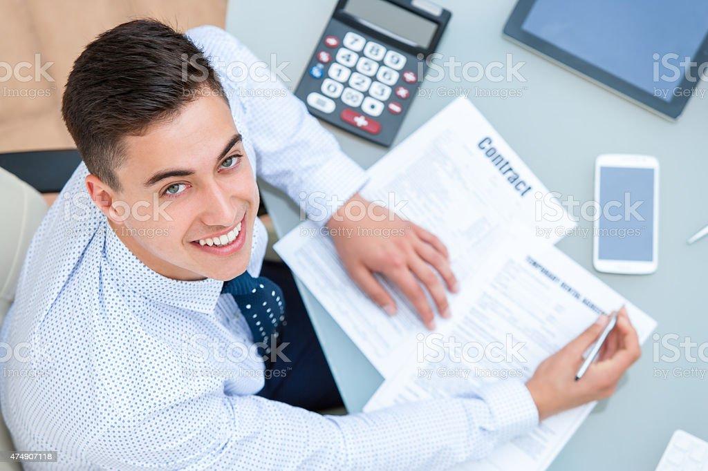 Vue du haut d'employé de bureau à bureau pour travailler. photo libre de droits