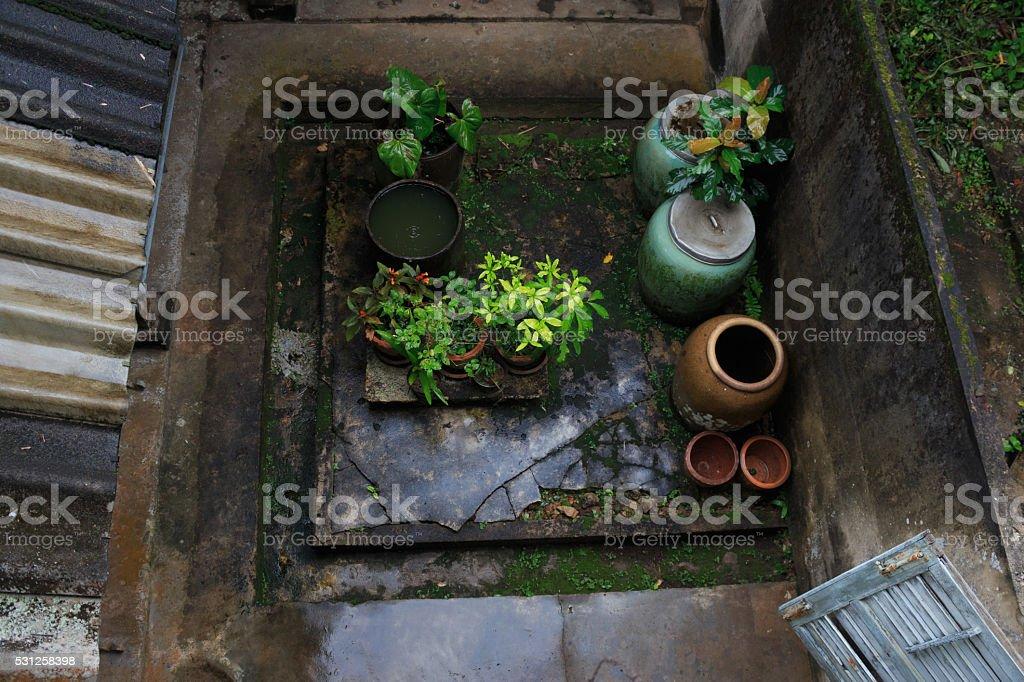 Вид сверху на открытом воздухе с дом После небольшой дождь с емкость для воды Стоковые фото Стоковая фотография