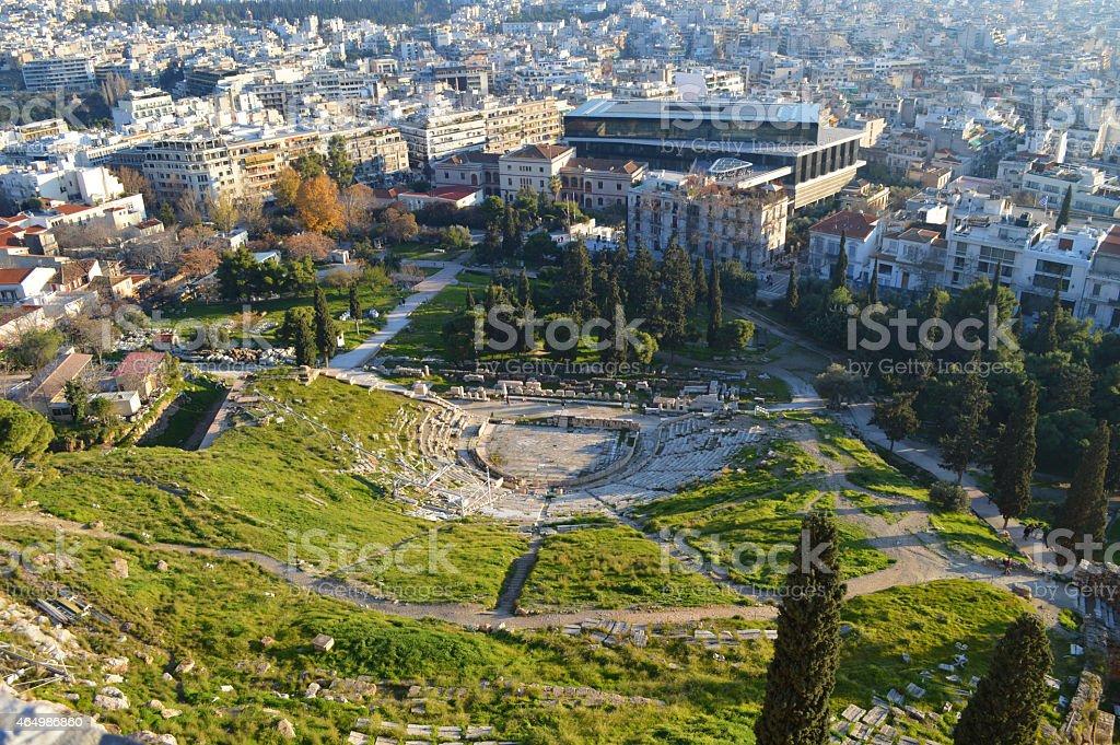 Vista superior de Delphi en el Teatro de la ciudad de Atenas con vista a la Acrópolis foto de stock libre de derechos